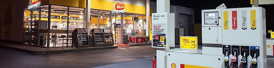 Nachtaufnahme eines Billa Unterwegs Shop an einer Shell Station in Insbruck
